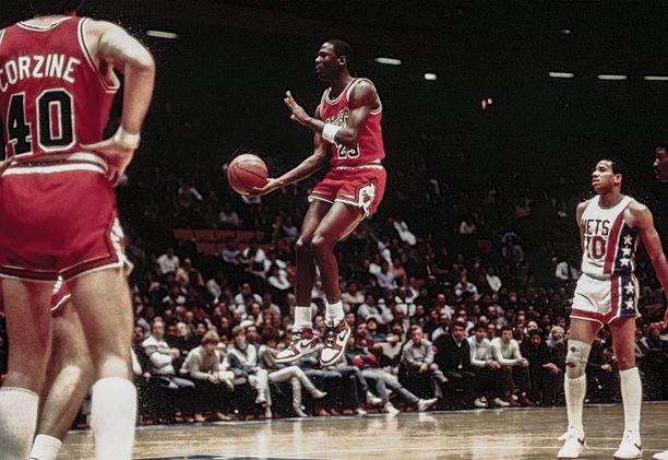 Michael Jordan käytti ensimmäisen kerran Niken Air Jordan mallia juuri vuonna 1985. Kuvassa Jordan ja Chicago Bulls pelaamassa New Jersey Netsiä vastaan 1985.