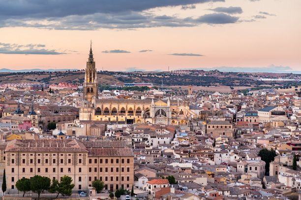 Toledon korkeimmassa kohdassa sijaitsee kaupungin maamerkki Alcázarin linna.