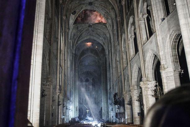 Tältä kirkon sisällä näytti, kun palo oli vielä meneillään.