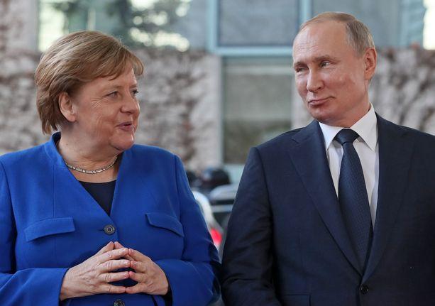 """Merkelin ja Putinin on sanottu olevan """"hyviä tulemaan huonosti toimeen"""". Kuva vuodelta 2020."""