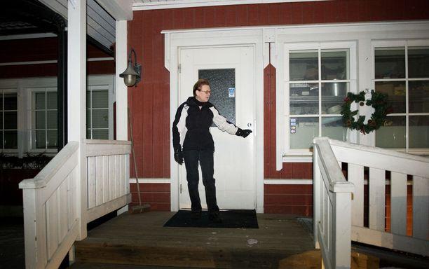 Ulosottoviranomainen laittoi lapun Erja Vähämäen kyläkaupan luukulle.