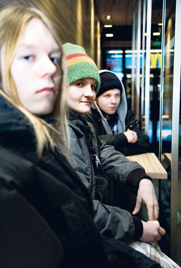 Mäkkäriin Kasvisruokapäivän pelätään ajavan koululaiset pikaruokaloihin. Samu Taivassalon, 15, Juho Viipurin, 16, ja Eero Hämäläisen, 15, mielestä pelko on aiheellinen, eivätkä he halua pakollista kasvisruokapäivää.