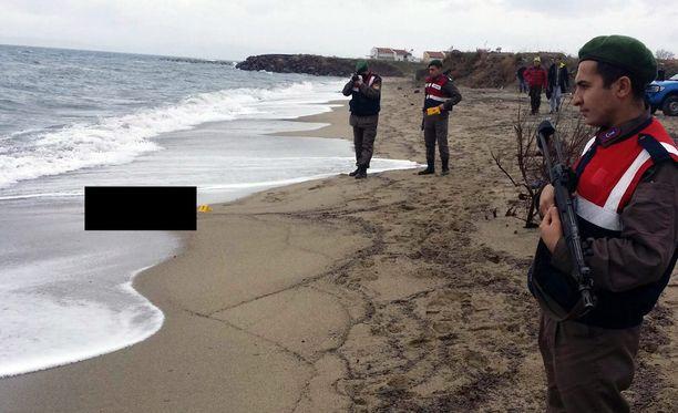 Poliisit löysivät Izmirin rannikolta maahan huuhtoutuneen ruumiin.