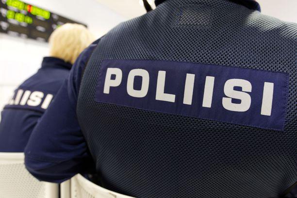 Virkavallan anastus on rikosnimike, jos esiintyy poliisina. Kyseisessä vyyhdessä rikoksia on monia muitakin. Kuvituskuva Oulun käräjäoikeudesta.