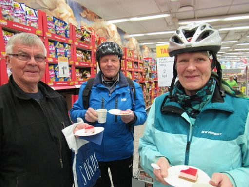 Lielahden Citymarketissa juhlistetaan Eurojackpot-jättipottia kakkukahvein. Kuvassa Pentti Pirttimäki, Jarkko Viitanen ja Sirkka Viitanen.