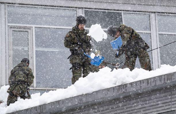Armeija kutsuttiin apuun putsaamaan koulun kattoa lumesta Berchtesgadenissa Baijerissa.