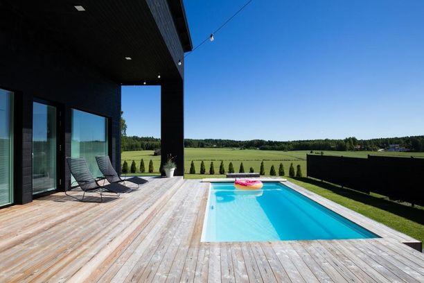 Espoolaistalon terassilta ja uima-altaalta kelpaa katsella upeita maisemia.
