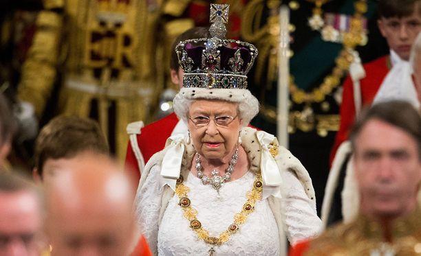 Kuningatar Elisabet käyttää kruunua useissa tilaisuuksissa. Tässä kuvassa hän osallistuu parlamentin istuntokauden avajaisiin vuonna 2016.