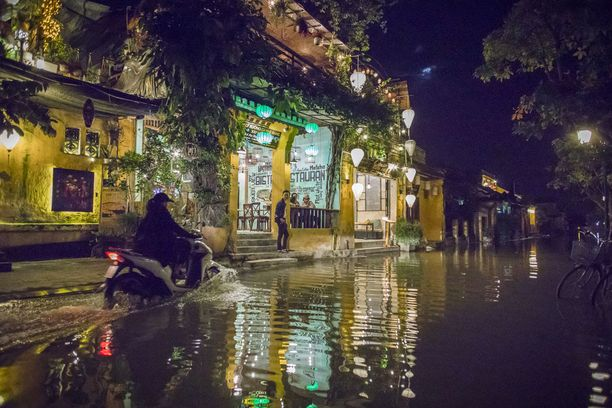 Hoi Anissa katu katoaa nousuveden aikaan kokonaan. Ilmastonmuutos on aiheuttanut vakavaa merenpinnan nousua Vietnamissa.