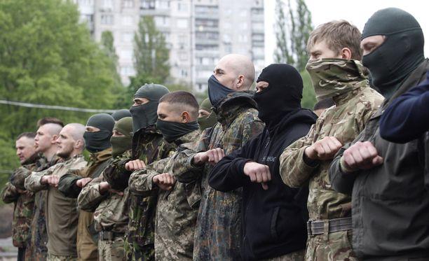 Ukrainan hallituksen puolesta taistelee yksityisiä pataljoonia. Kuvassa Azov-pataljoonan miehiä. Aidar-pataljoonan kerrotaan ottaneen kiinni venäläissotilaita Itä-Ukrainassa.