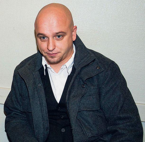 RIITAPUKARI Tv-juontaja ja musikaalitähti Sami Hintsanen maksaa sakkoja baarikahakasta.