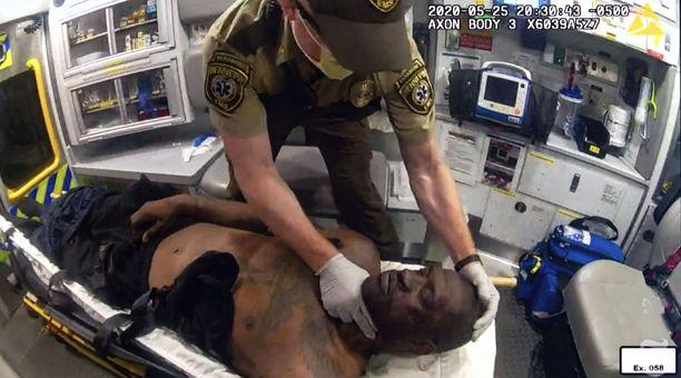 Ensihoitaja Derek Smith yritti turhaan elvyttää George Floydia ambulanssissa.