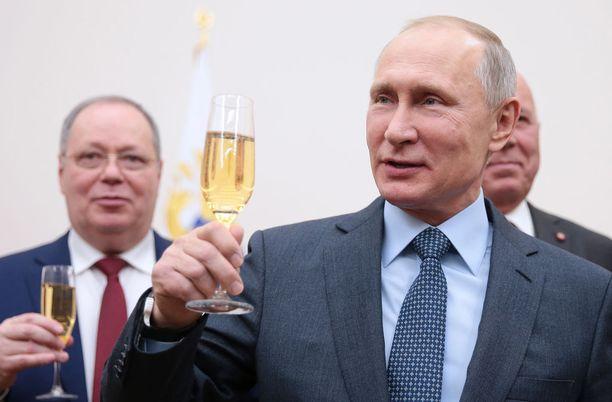 Venäläiset ovat vähentäneet vodkan kulutusta samppanjan nostaessa suosiotaan. Kuvassa presidentti Vladimir Putin.