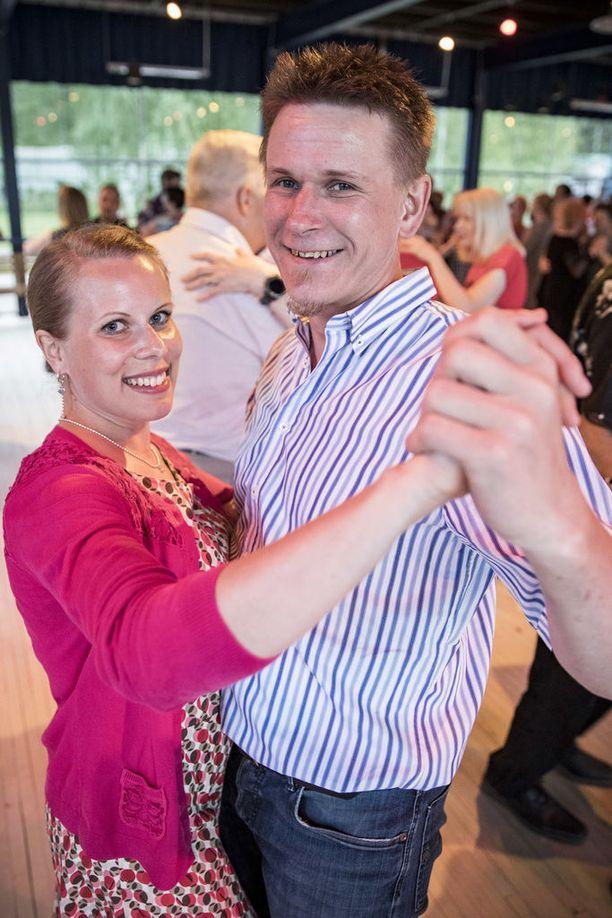 Emilia Virtanen ja Tero Manner käyvät Valasrannassa usein. Tero majoittuu viereiselle leirintäalueelle. Mies mainitsee olevansa sinkku ja ottavansa jonkun kivan tytön mieluusti kaveriksi asuntoautoonsa. Emilia käy tansseissa oman miehensä kanssa, mutta tanssii toki myös muiden parina.