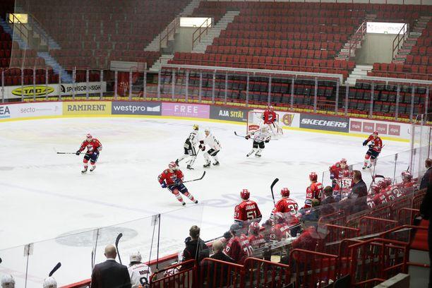 HIFK ja JYP kohtasivat tyhjässä Helsingin jäähallissa 12. maaliskuuta. SM-liigakausi päättyi seuraavana päivänä.
