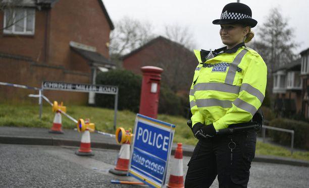 Poliisit tukkivat tien Skripalin kodin lähettyvillä Salisburyssa lauantaina.