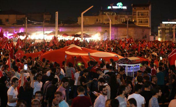 Mielenosoitukset ovat jatkuneet Turkissa vallankaappausyrityksen jälkeen.