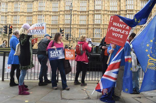 Britannian EU-eroa tukevat ja sitä vastustavat mielenosoittajat heiluttivat kylttejään tänään Westminsterin edessä Lontoossa.