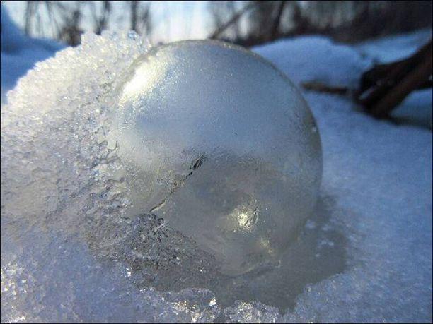 Ontto, jäätynyt pallo oli noin tennispallon kokoinen.