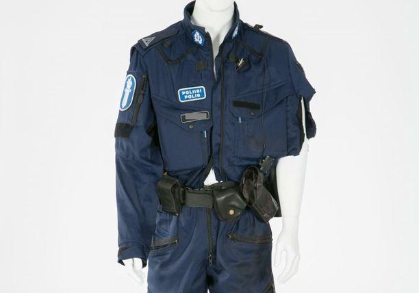 Itä-Uudenmaan poliisin ylikonstaapelin haalari jouduttiin leikkaamaan, jotta vakavan ampumahaavan hoito onnistui.