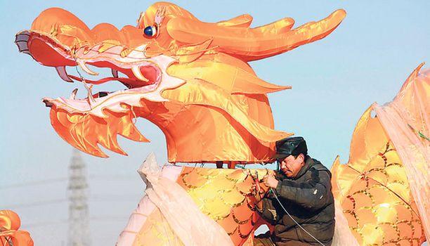 """HUMMANI HEI! Mitähän ihmeen fantasioita tälläkin lohikäärmeen selkään nousseella veijarilla lienee ollut mielessään kiinalaisen uudenvuoden kevätfestivaaleilla Shenyangissa. Ettei vain olisi hyräillyt laulua: """"Satulaas' kun nousen kulta, ratsun lento on kuin tulta..."""""""