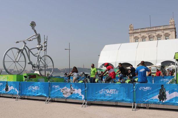 Varhain aamulla uhkarohkeimmat uskaltautuivat polkemaan kuntopyörää saadakseen suuren näköispyörän tuulettimet pyörimään. Pyöräilijöillä oli itsellään todennäköisesti kuuma, mutta katsojat saivat nauttia viilentävästä tuulenvireenä.