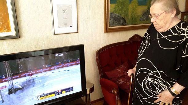 Lydia Wideman-Lehtonen seuraa tarkkaavaisesti suomalaishiihtäjien edesottamuksia.