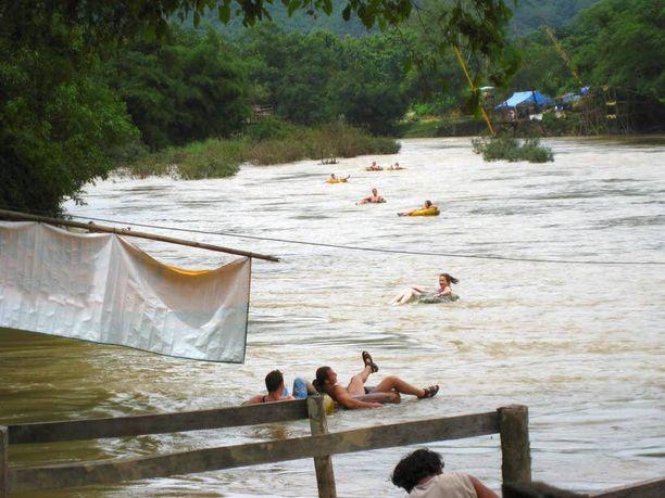 Tuubailua Luang Prabangissa.