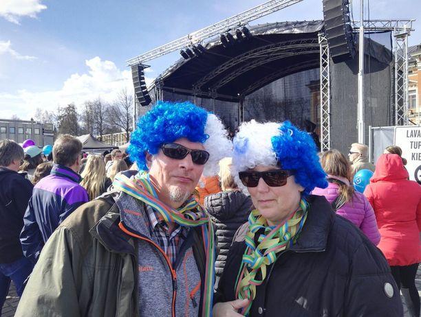 Pihtiputaalaiset Iivo-fanit Keijo Kumpulainen ja Tuula Palmulehto sonnustautuivatmitalijuhliin sinivalkoisilla peruukeilla.