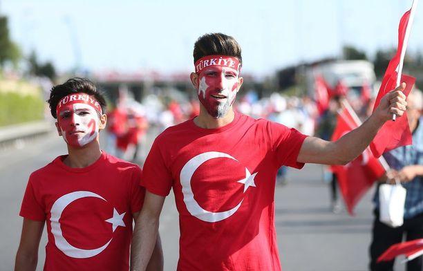 """Tuhannet ihmiset osallistuvat """"demokratian vahti"""" -marsseille ympäri Turkkia. Oppositio on sanonut boikotoivansa tapahtumia."""