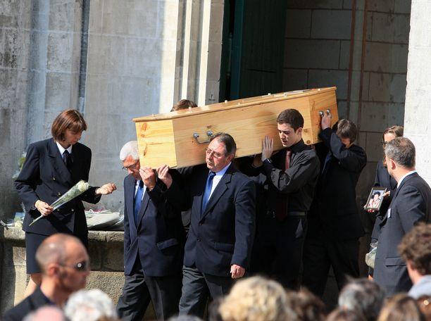Vuonna 2011 Ranskassa surtiin kuolleina löydettyä äitiä ja neljää lasta, joiden murhista epäiltiin kadonnutta isää. Tapausta käsitellään uutuussarjassa.