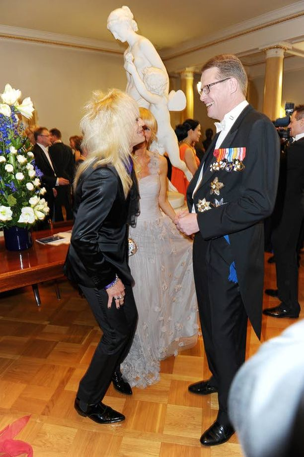 Entinen pääministeri Matti Vanhanen ja laulaja Michael Monroe juttusilla.