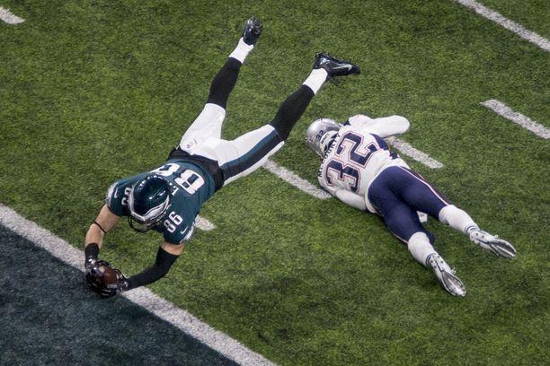 Eaglesien Zach Ertz teki touchdownin NFL-liigan finaalipelissä eli Super Bowlissa.