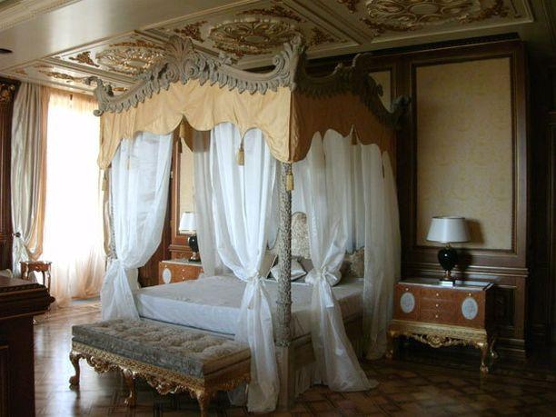 Myös makuuhuone on loistokas.