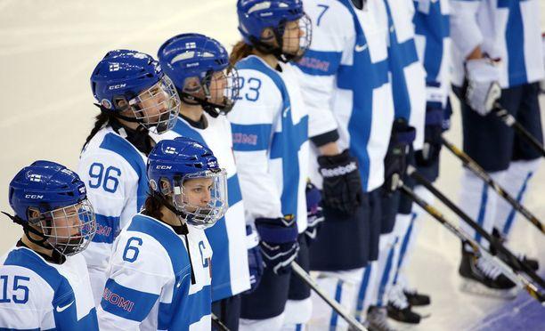 """Suomen maajoukkueen valkoista """"kakkospaitaa"""" pitää yllään kuvassa naisten maajoukkue."""