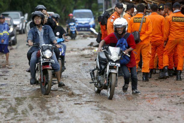 Kadut muuttuivat mudaksi ja liejuksi tsunamin jäljiltä.