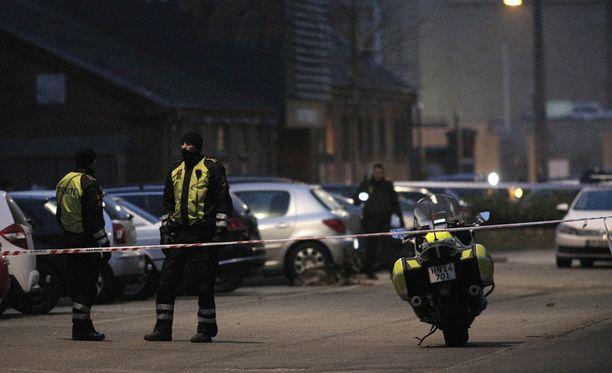 Virkavallan mukaan on vielä liian varhaista arvioida, liittyykö öinen välikohtaus aiempaan ammuskeluun, jossa haavoittui kolme poliisia ja kuoli yksi sivullinen.