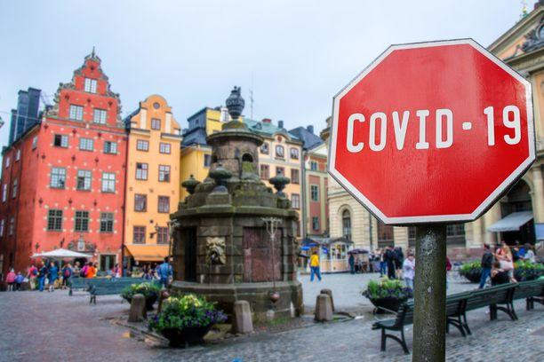 Ruotsin koronavirustilanne on huomattavasti pahempi kuin Suomessa kuolleiden määrässä mitattuna. Valtaosa kuolemantapauksista on tapahtunut Ruotsissa hoivakodeissa.