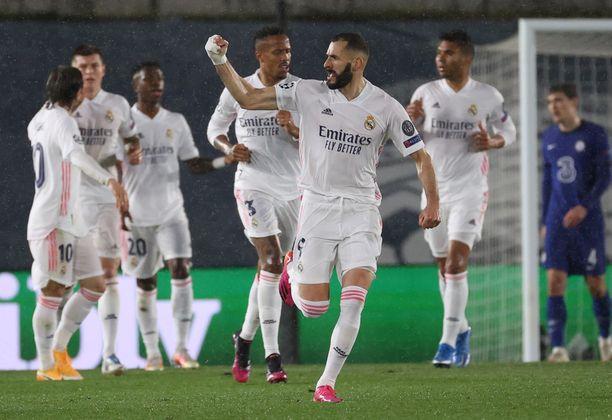 Real Madridin Karim Benzema tuuletti volleytasoitustaan.
