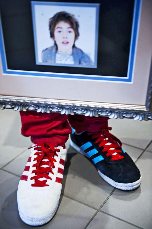 Väriltään eripariset kengät muodostuivat heti alkuun Robin tunnusmerkiksi.