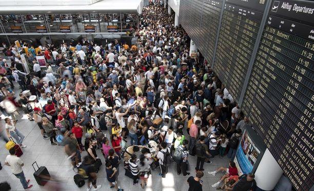Münchenin lentokentällä vallitsi kammottava ruuhka lauantaina.
