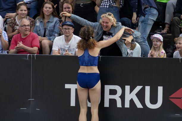Korkeushyppääjä Ella Junnila (edessä) sai onnittelut äidiltään Ringa Ropolta