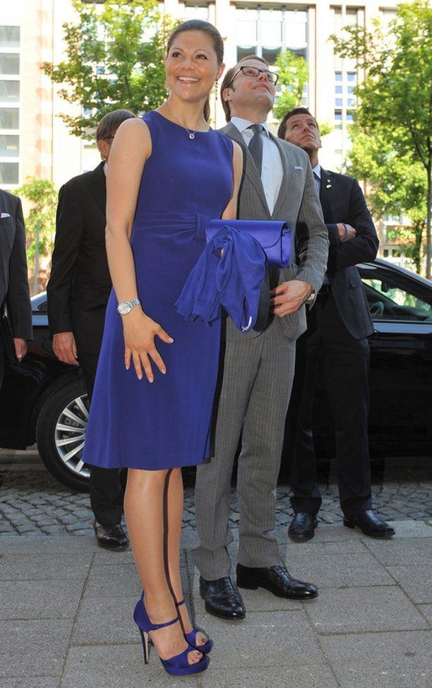 Victoria nähtiin keskiviikkona Münchenissa voimakkaansinisessä, korkeavyötäröisessä mekossa. Neidon sorjat sääret pääsivät oikeuksiinsa korkeissa koroissa.