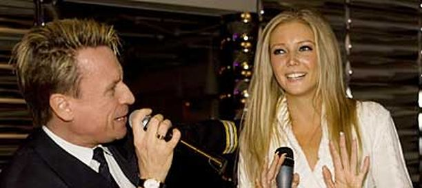 Essi Pöysti lauloi dueton yhdessä risteilyisäntä Petri Lehtisen kanssa.