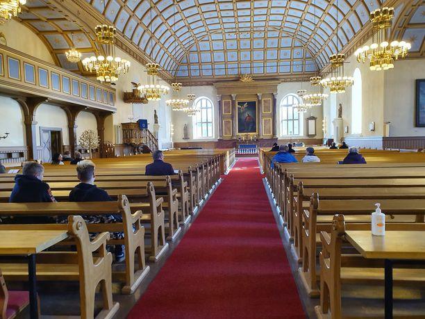 Viime jouluna seurakunnat joutuivat miettimään uusiksi tilaisuuksiaan, kun kokoontumisrajoituksia kiristettiin.