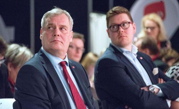 SDP:n kansanedustaja Antti Lindtman (oikealla) on välikysymyksen ensimmäinen allekirjoittaja. Vasemmalla SDP:n puheenjohtaja Antti Rinne.