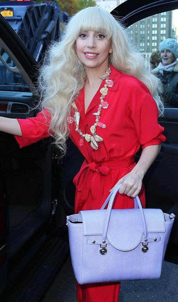 Lilasta Versacen laukusta...
