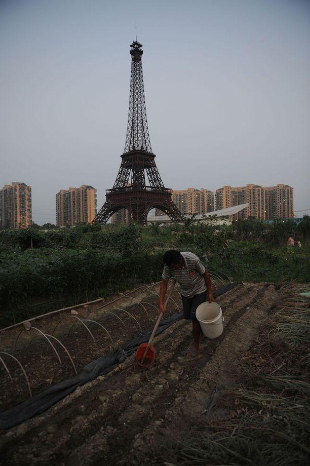 Kiinan Eiffel-tornin kupeeseen on perustettu kasvimaita.