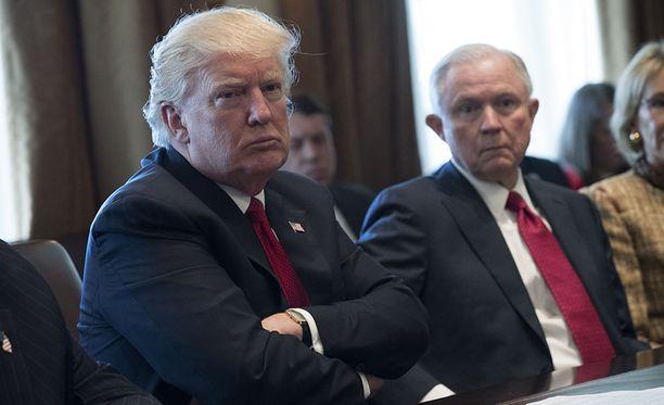 Donald Trump sanoo katuvansa Jeff Sessionsin (oik.) valintaa oikeusministeriksi, koska tämä jääväsi itsensä Venäjä-tutkinnasta.