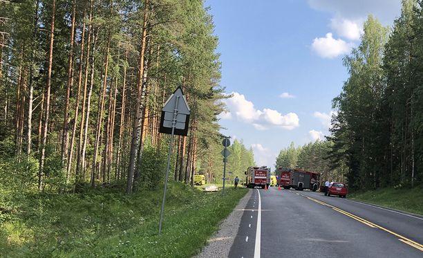 Moottoripyörää ajanut noin 55-vuotias mies menehtyi onnettomuuspaikalle elvytyksestä huolimatta.